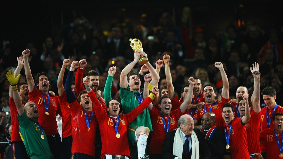 卡西率领众球星为西班牙捧起大力神杯