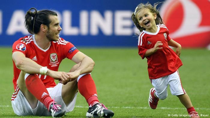 威尔士队球星贝尔和可爱的女儿